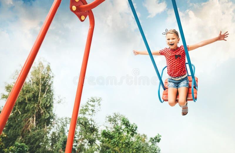 Małej dziewczynki huśtawka na huśtawce zdjęcia royalty free