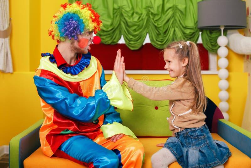 Małej dziewczynki i błazenu sztuki palmy fotografia royalty free