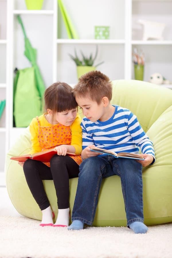 Małej dziewczynki i chłopiec czytanie fotografia royalty free
