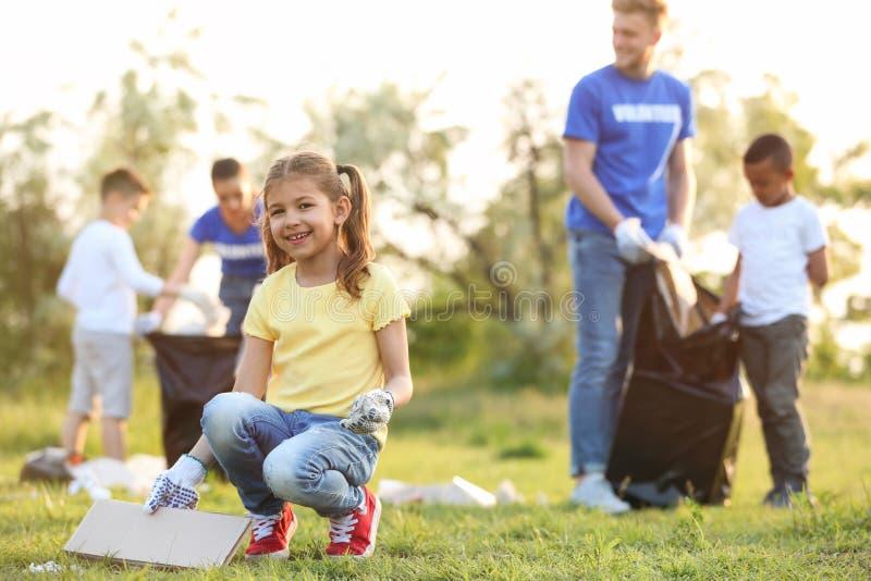 Małej dziewczynki kolekcjonowania grat w parku obrazy royalty free