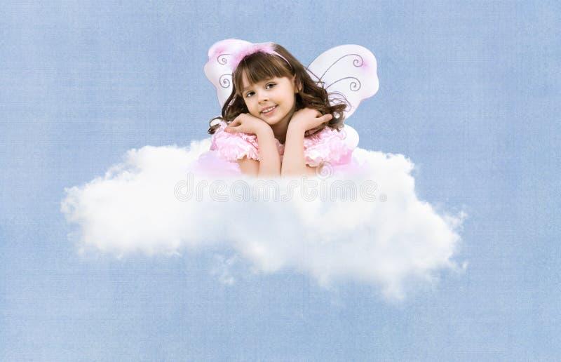 Małej dziewczynki latanie na chmurze obrazy royalty free