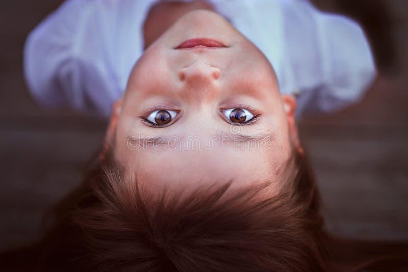 Małej dziewczynki lying on the beach i patrzeć ciebie fotografia royalty free