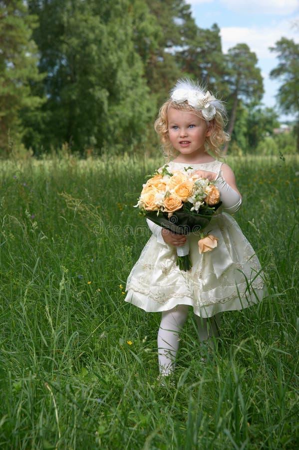 Małej dziewczynki młoda córka panna młoda w białej sukni z zdjęcia royalty free