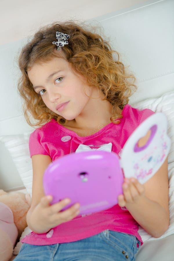 Małej dziewczynki mienia zabawki elektryczny przyrząd obraz stock