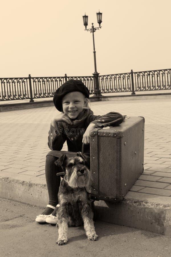 małej dziewczynki obsiadanie na drodze z psem obrazy royalty free