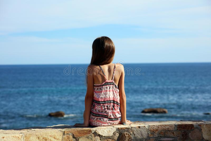 Małej dziewczynki obsiadanie przy falezą przy oceanu przodem w Los Cabos Meksyk kurortu falezy morzu obrazy royalty free