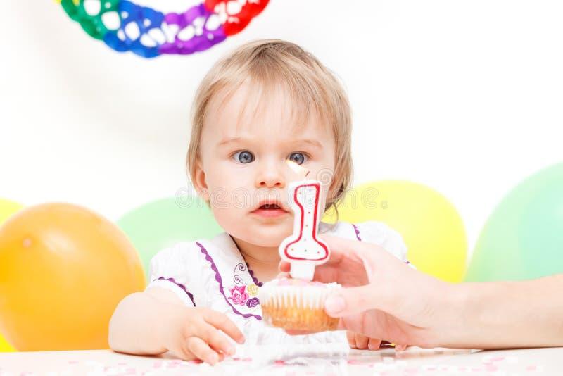 Małej dziewczynki odświętności pierwszy urodziny zdjęcie stock