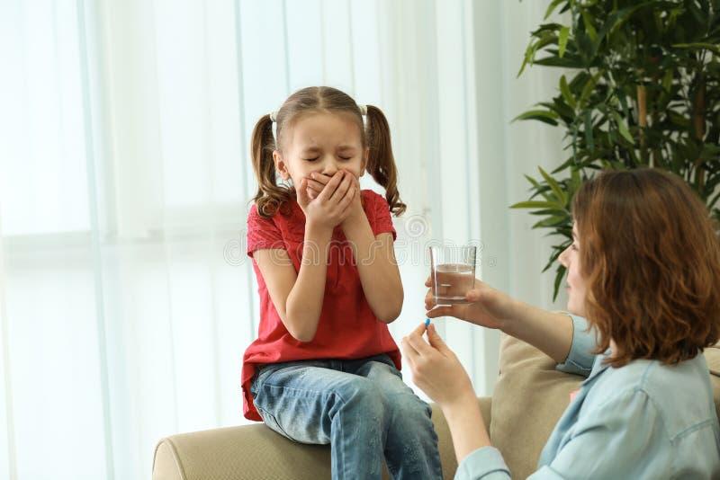 Małej dziewczynki odmawiania wp8lywy pigułka w domu fotografia royalty free
