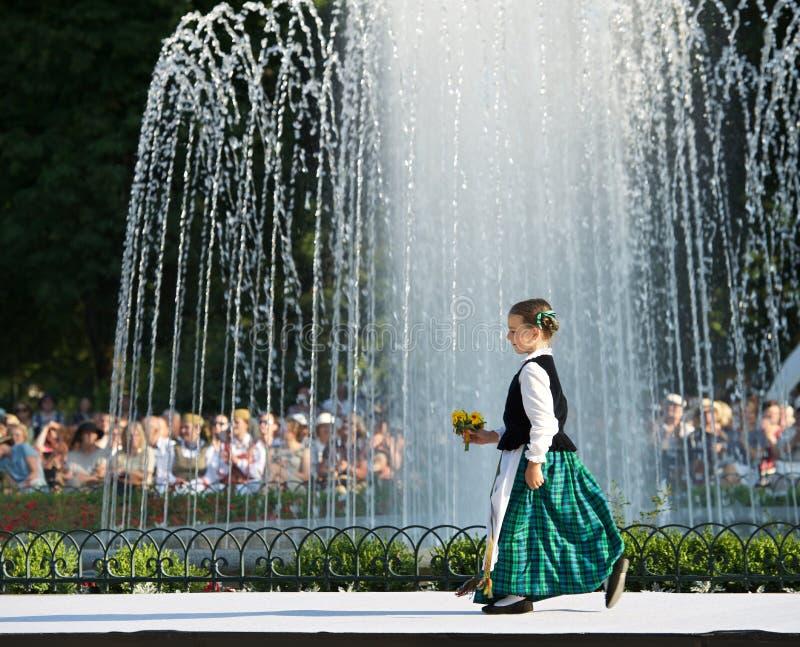 Małej dziewczynki odprowadzenie w tradycyjnym lithuanian kostiumu w słonecznym dniu na Czerwu 26, 2016 w Vilnius, Lithuania Mała  zdjęcia stock