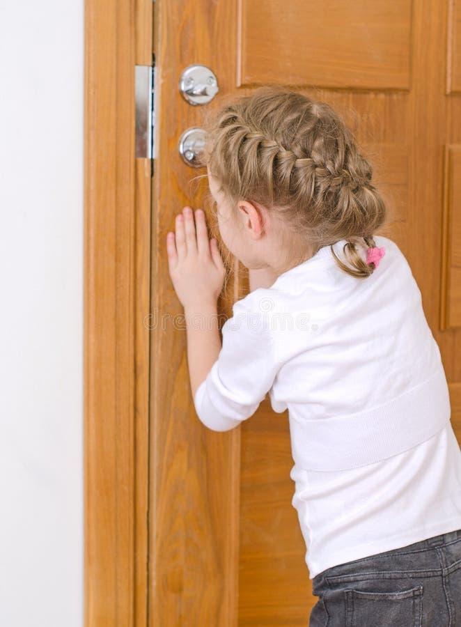 Małej dziewczynki otwarcia drzwi obraz royalty free