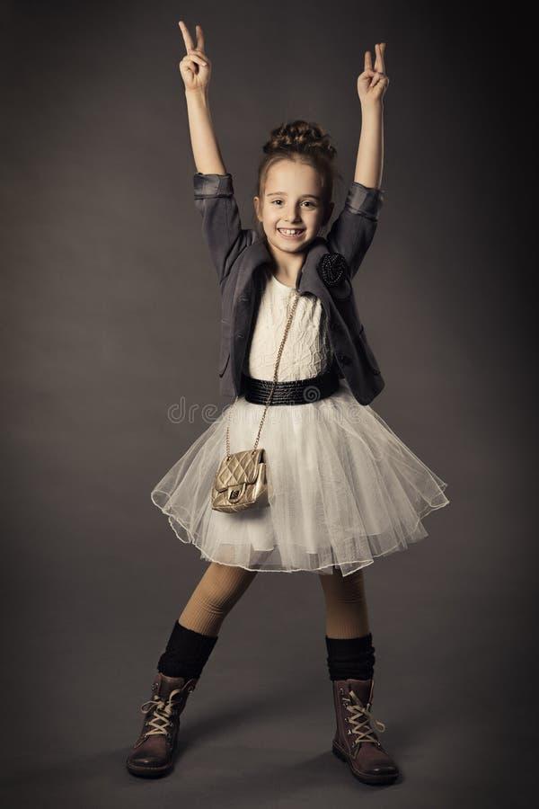 Małej dziewczynki piękna mody portret, uśmiechnięty dzieciak ja obrazy stock