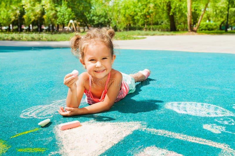 Małej dziewczynki sztuka z kredą obraz royalty free