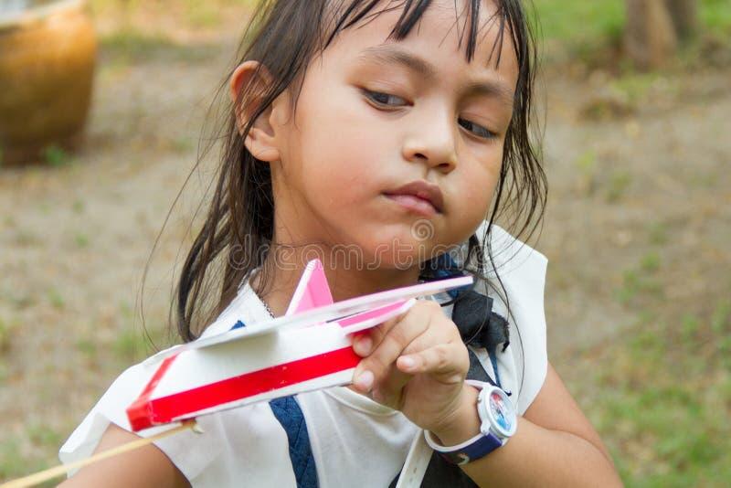 Małej dziewczynki sztuki zabawki samolot zdjęcia stock