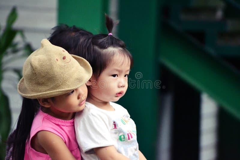 Małej Dziewczynki uściśnięcie Little Boy obraz stock
