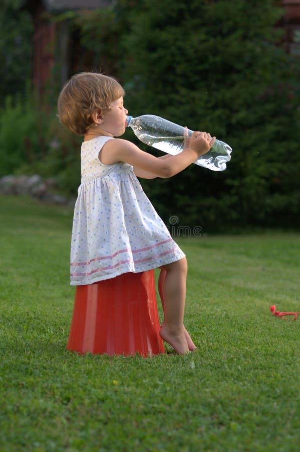 Małej dziewczynki woda pitna zdjęcia royalty free