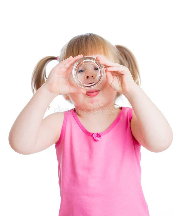 Download Małej Dziewczynki Woda Pitna Od Szkła Odizolowywającego Na Białym Tle Zdjęcie Stock - Obraz złożonej z biały, dosyć: 28954884