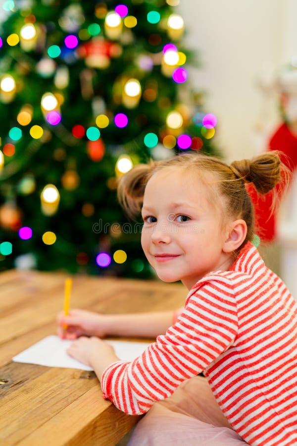 Małej dziewczynki writing poczta Santa zdjęcia stock