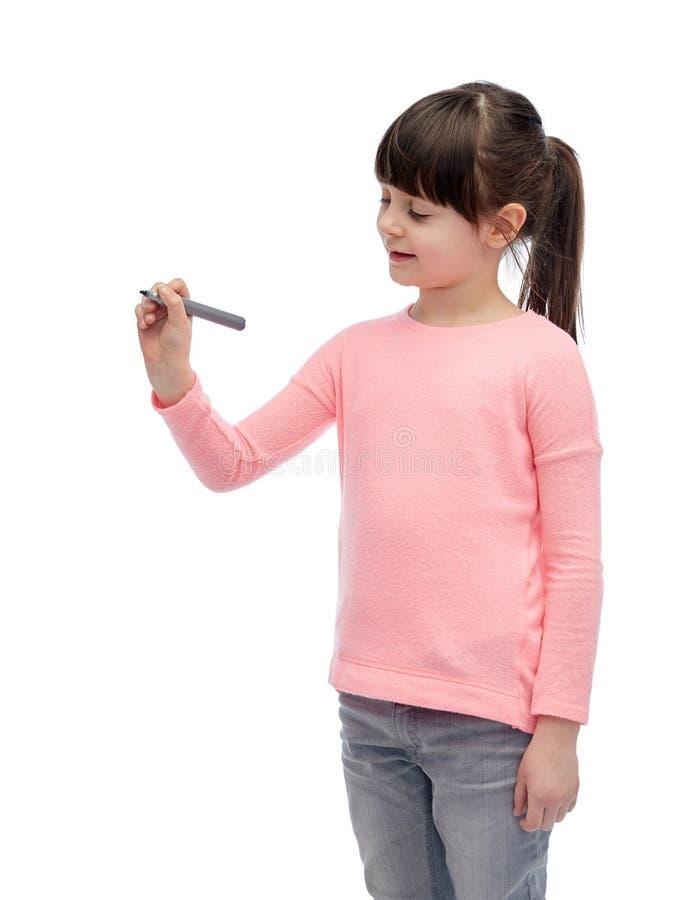 Małej dziewczynki writing z markierem lub rysunek fotografia royalty free