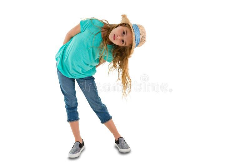 Małej dziewczynki zginać z ukosa spojrzenie przy kamerą zdjęcie royalty free