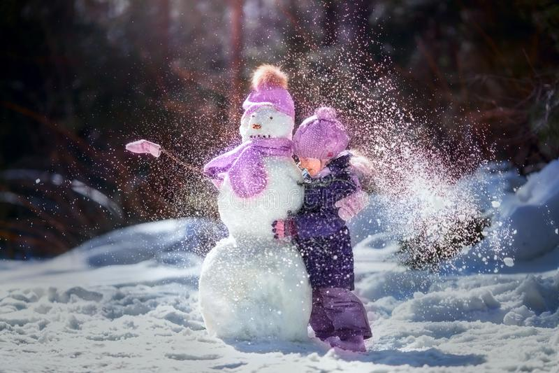 Małej dziewczynki zimy zabawa zdjęcia royalty free