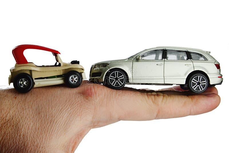 Małej plażowej powozik zabawki samochodowa pozycja na plecy dorosłej samiec mężczyzna ręka przeciw ampuły srebra SUV kruszcowemu  zdjęcie royalty free
