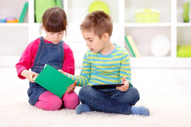 Małej siostry i brata czytanie od ciekawej książki obraz royalty free