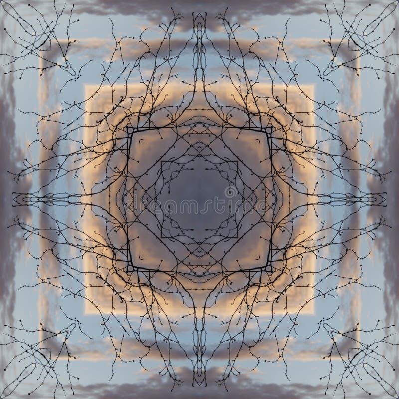 Małomiasteczkowi wiosna dni roboczy wzór, kwadrat - nagie gałąź drzewo przeciw chmurnemu niebu - obraz stock