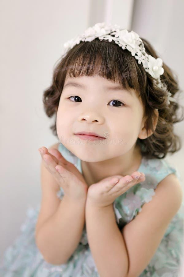 Mały ładny Azjatycki dziewczyna opatrunek jako princess portreta, zdrowego i szczęśliwego styl życia roześmiany, obrazy royalty free