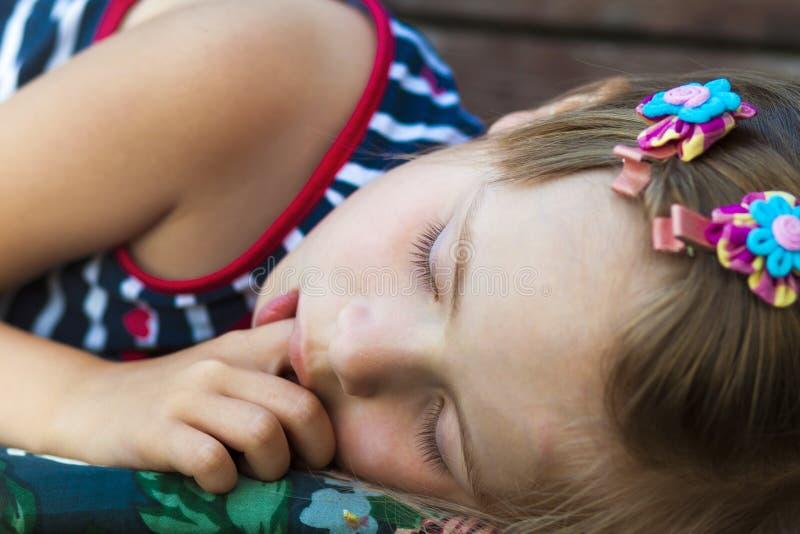 Mały ładny dziewczyny dosypianie, ssający kciuk i mieć słodkiego drea obraz stock
