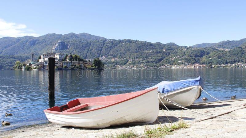 Mały łodzi rybackiej I jeziora widok zdjęcia stock