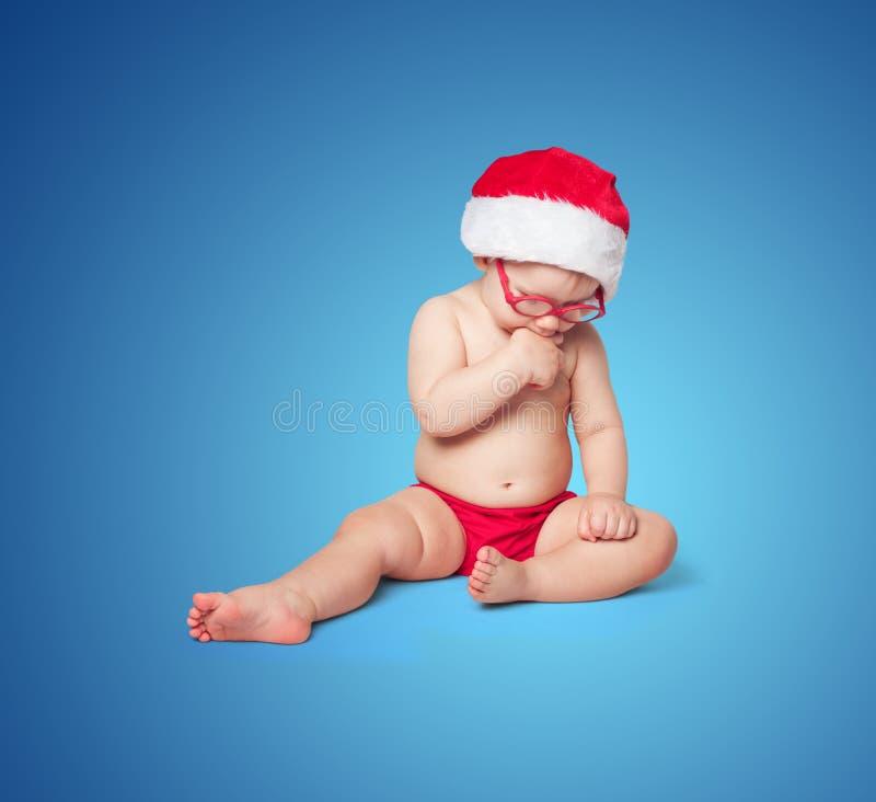 Mały śliczny dziecko w czerwonym Santa kapeluszu fotografia royalty free