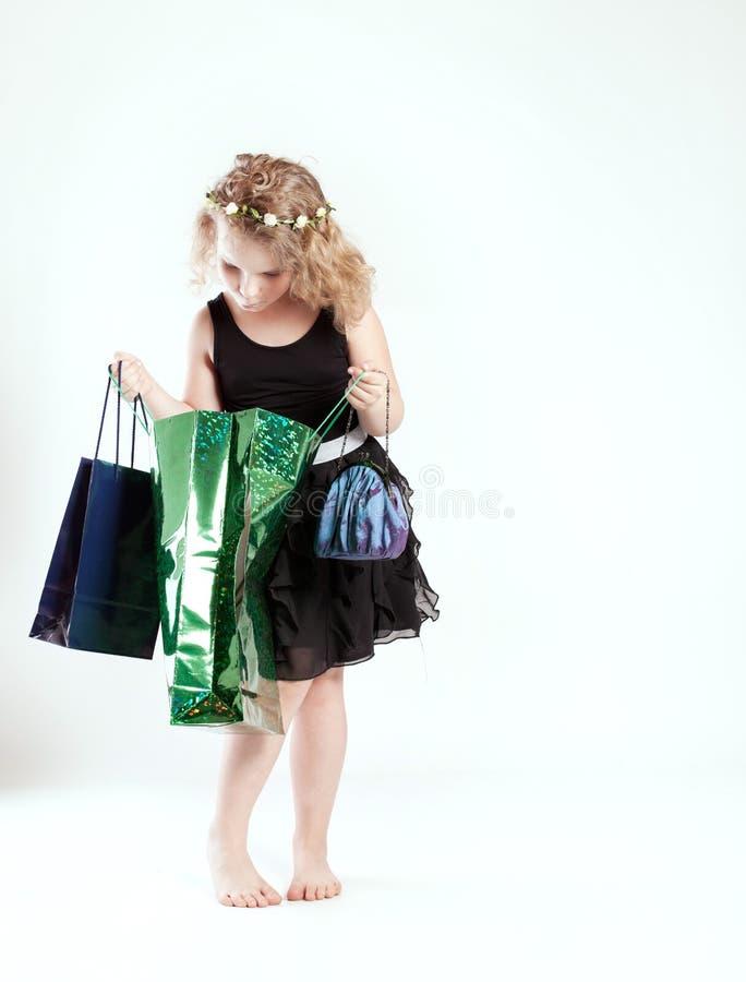 Mały śliczny dziewczyna zakupy obrazy royalty free