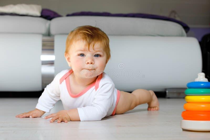 Mały śliczny dziewczynka uczenie czołgać się Zdrowy dziecka czołganie w dzieciakach izbowych Uśmiechnięta szczęśliwa zdrowa berbe obrazy royalty free