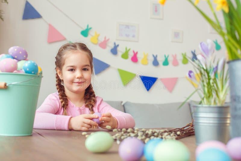 Mały śliczny dziewczyny Easter świętowania pojęcie siedzi przyglądający kamery ono uśmiecha się w domu obraz stock