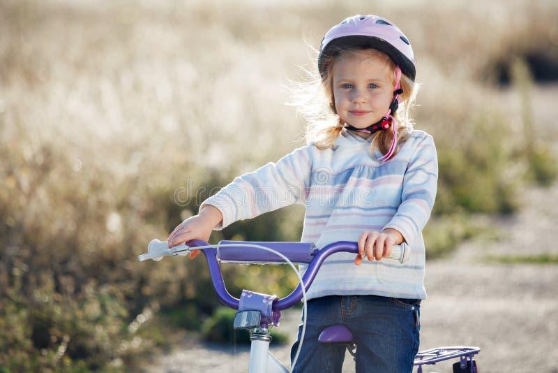 Mały śmieszny dzieciak jazdy rower zdjęcie royalty free
