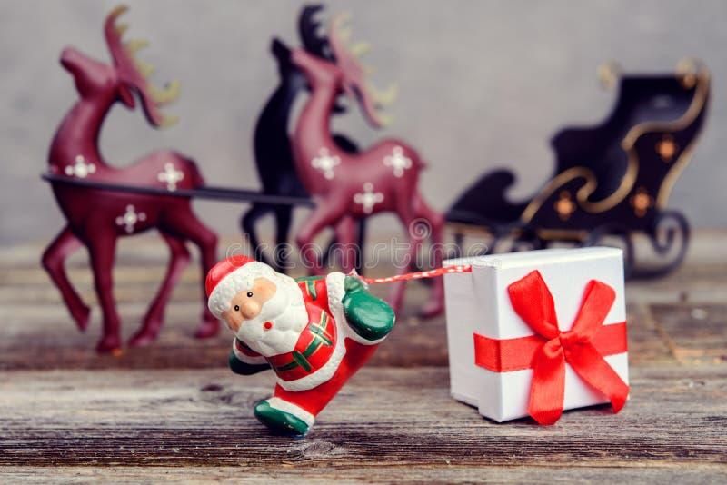 Mały Święty Mikołaj ciągnięcia prezenta pudełko obraz stock