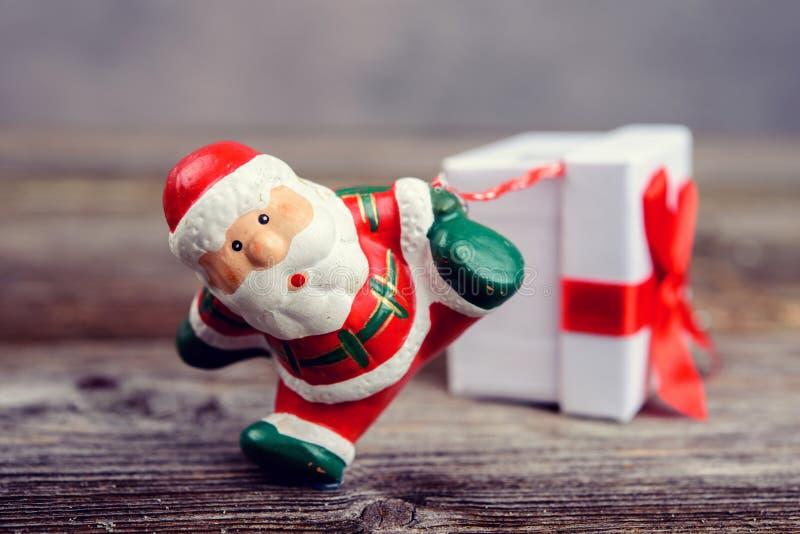 Mały Święty Mikołaj ciągnięcia prezenta pudełko zdjęcie stock