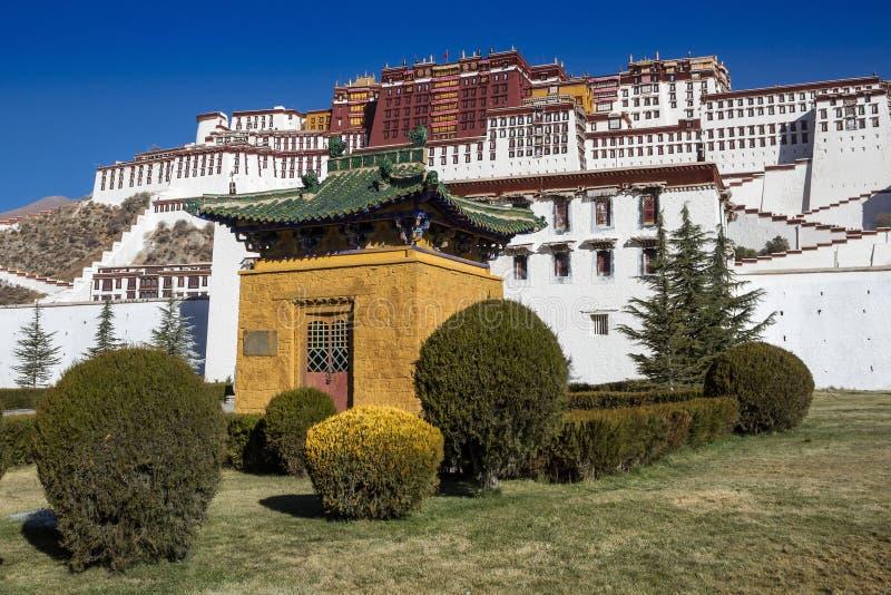 Mały żółty pawilon z zielonym dachem i dekoracyjnym krzakiem przed Potala pałac w Lhasa zdjęcie stock