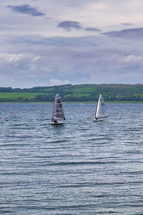 Mały żeglowania rzemiosło z żaglami na W górę Rzecznego Clyde naprzeciw Largs na zachodnim wybrzeżu Szkocja obraz royalty free