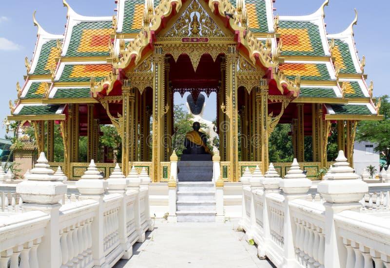 Mały alkierz na stawie przy wejściem Buddyjska świątynia z michaelita statuą wśrodku go, Bangkok, Tajlandia obrazy stock