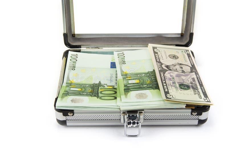 Mały aluminiowy bagażnik pełno euro i dolary fotografia royalty free