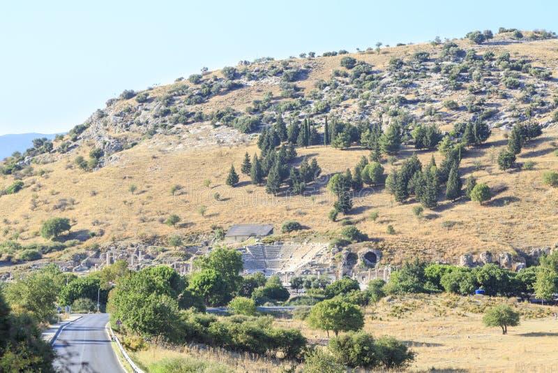 Mały amfiteatr i ruiny od odległości z drogą w ephesus zdjęcia royalty free