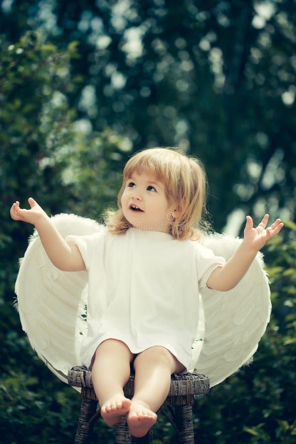 Mały anioł klascze jego ręki obrazy stock