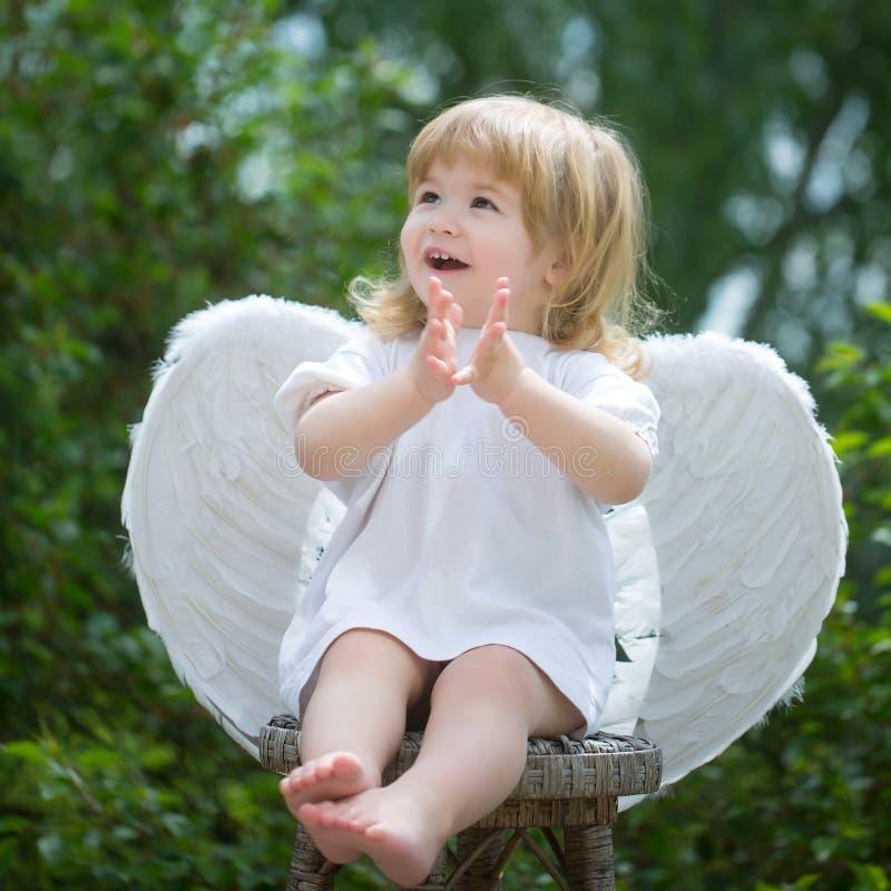 Mały anioł klascze jego ręki fotografia stock