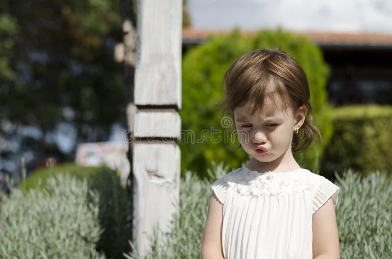 Mały anioła piękna kursowanie outside obraz stock
