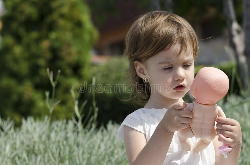 Mały anioła piękna kursowanie outside obraz royalty free