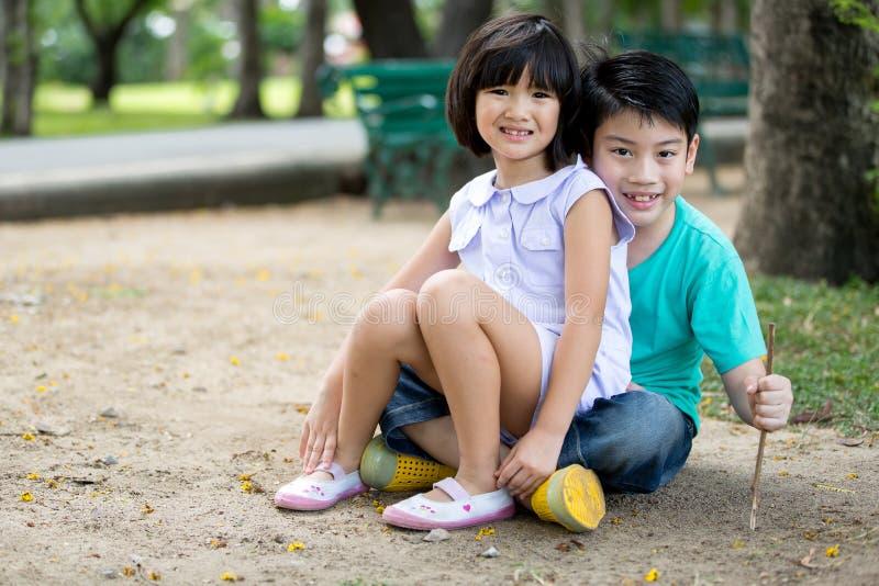 Mały Azjatycki dziecko bawić się piasek w parku zdjęcia stock