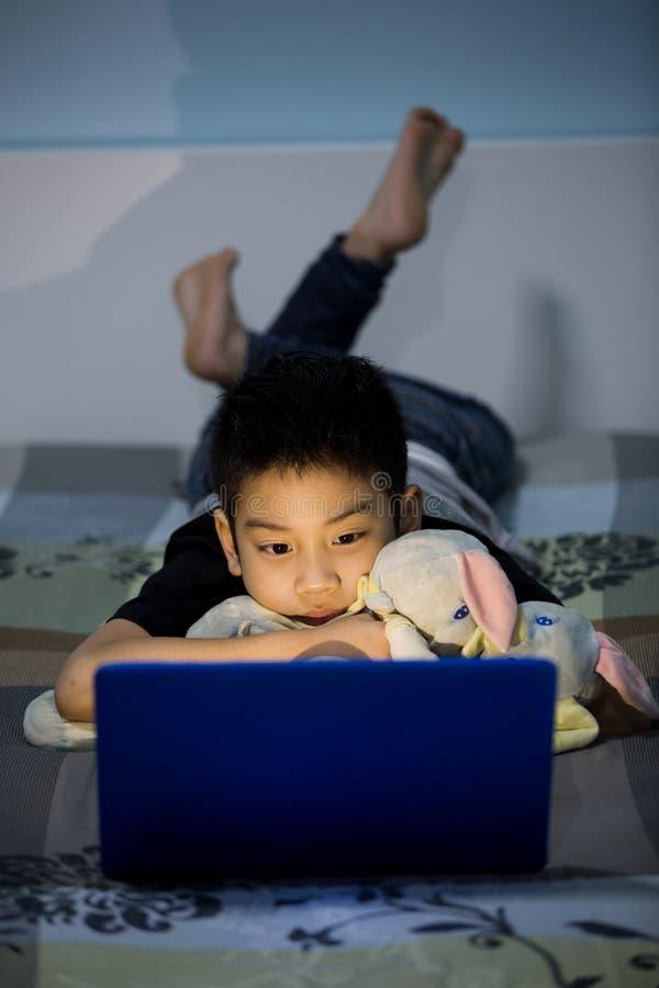 Download Mały Azjatycki Dziecko Używa Laptop W Domu Zdjęcie Stock - Obraz złożonej z ludzie, mieszany: 53779352