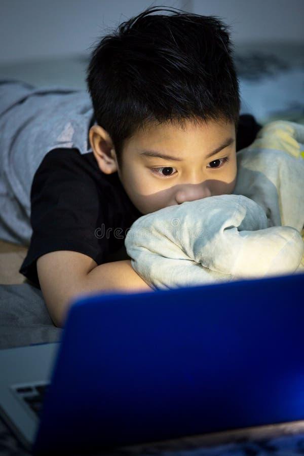 Download Mały Azjatycki Dziecko Używa Laptop W Domu Zdjęcie Stock - Obraz złożonej z szczęśliwy, dziecko: 53779464