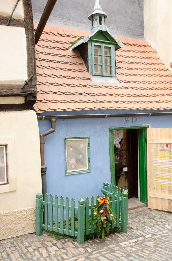 Mały błękita dom w Złotym pasa ruchu Praga kasztelu zdjęcia royalty free